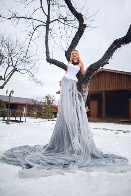 Серое платье со шлейфом