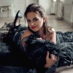 Очаровательная Яна в черном платье