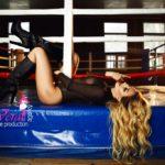 fotosessiya-v-stile-nyu-v-sportzale-devushka-na-bokserskom-ringe-obrazy-i-pozy-vera-agency