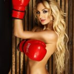 fotosessiya-v-stile-nyu-v-sportzale-devushka-u-bokserskoy-grushi-obrazy-i-pozy-vera-agency